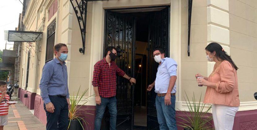 Abella acompañó a dos vecinos emprendedores que inauguraron su comercio